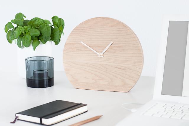 Holzuhr auf Schreibtisch