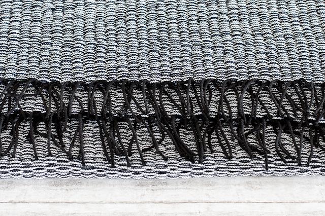 Schwarz-weißer Webteppich