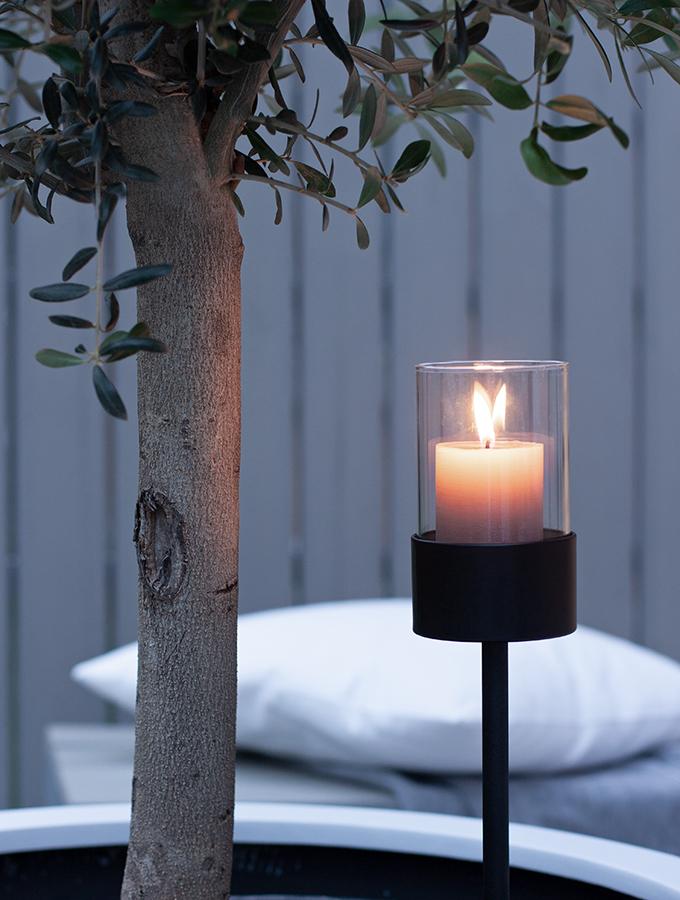 Steckleuchte mit Kerze im Dunkeln